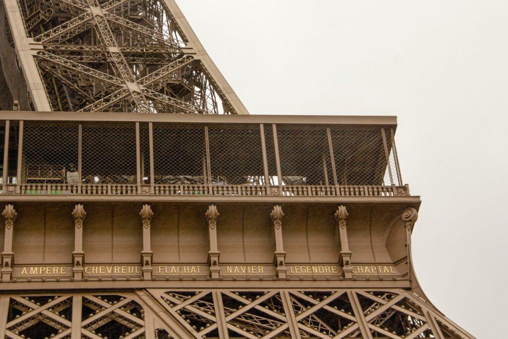 Nazwiska francuskich naukowców na Wieży Eiffla.