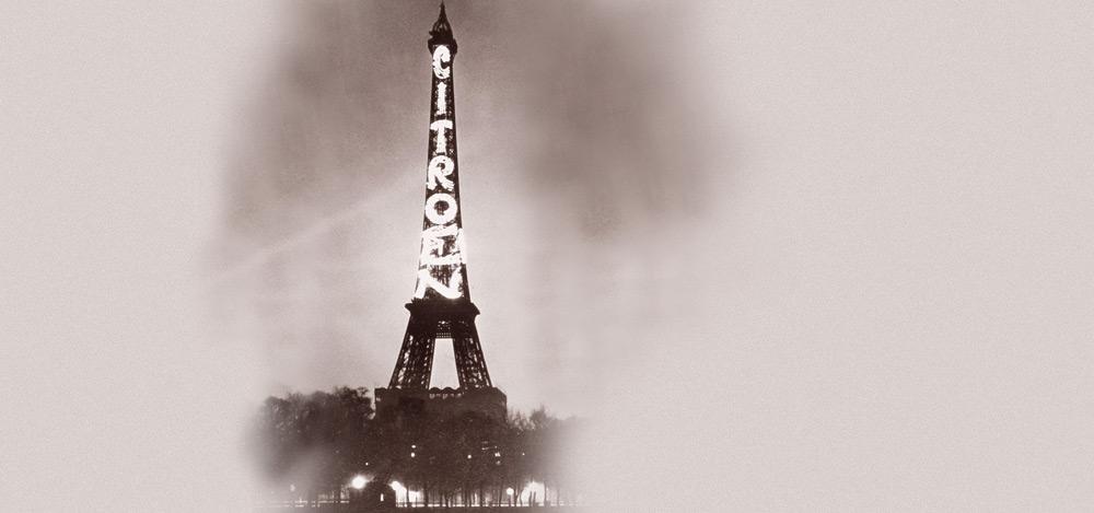 Reklama marki Citroen na wieży Eiffla.