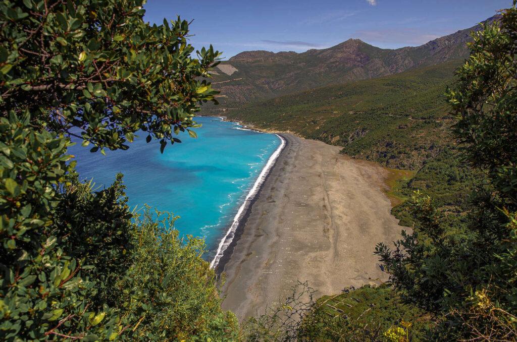 Czarna plaża Nonza na Korsyce