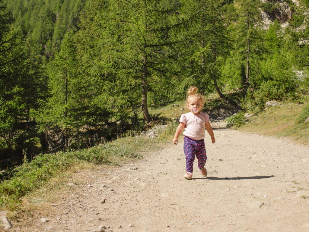 dziecko na szlaku trasa do lago verde piemont wlochy
