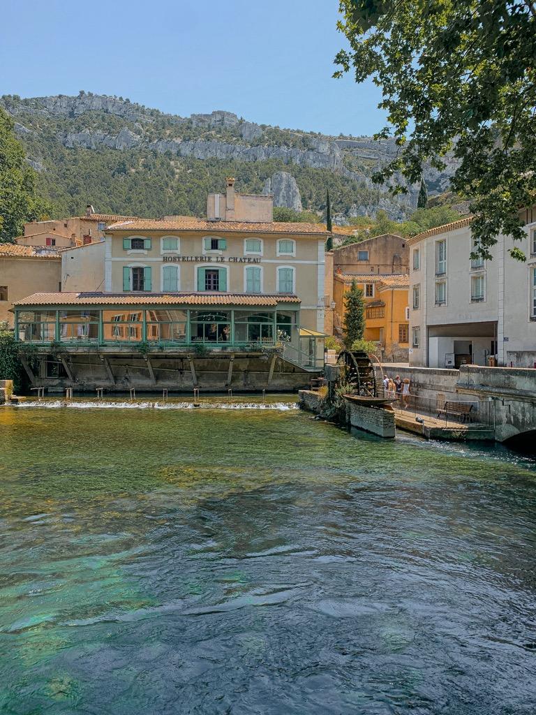 Miasteczko Fontaine de Vaucluse w Prowansji.