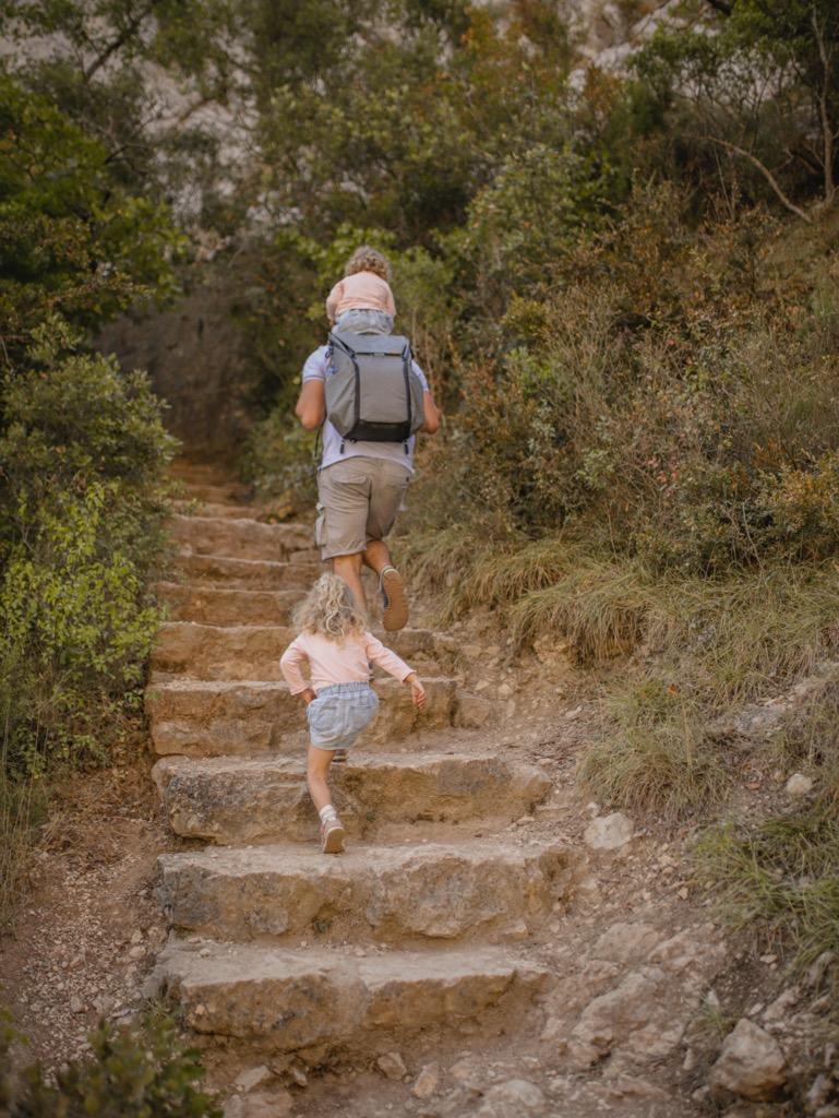 Wycieczka z dzie膰mi po Kanionie Verdon. Kamienne schody.