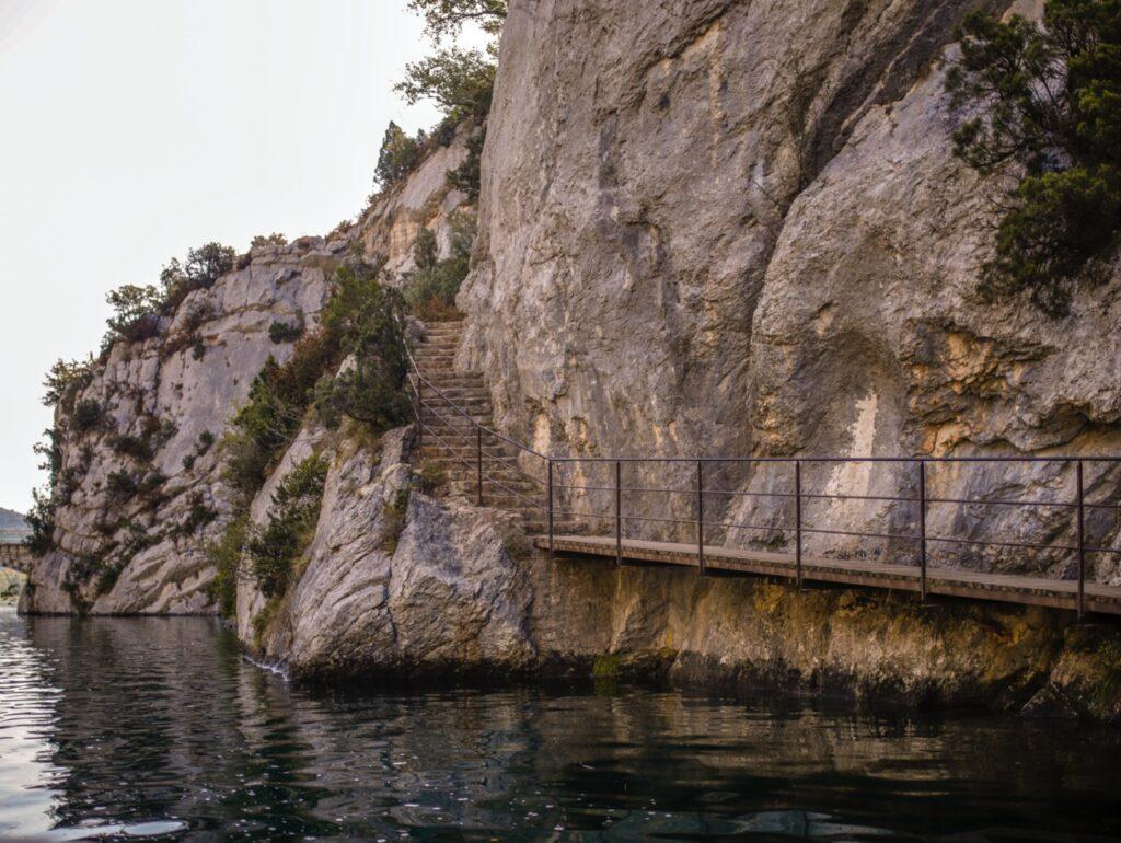 Widok na piesz膮 tras臋 Basses Gorges w Kanionie Verdon.