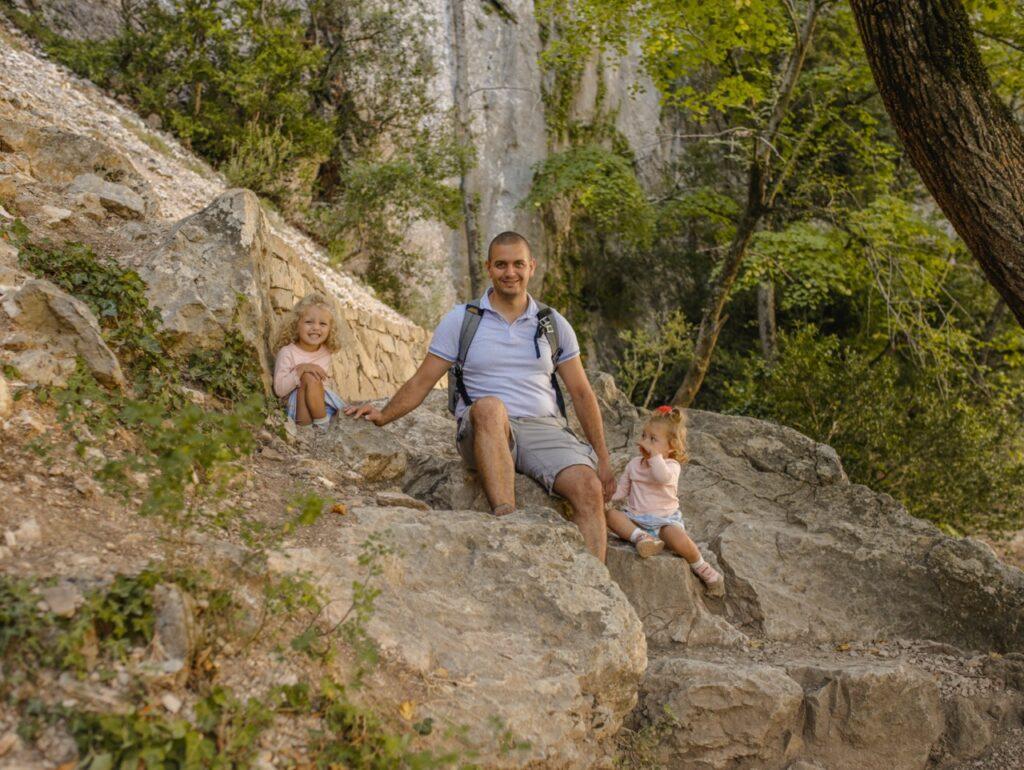 Kanion Verdon z dzie膰mi. Szlak pieszy Basses Gorges w Kanionie Verdon.