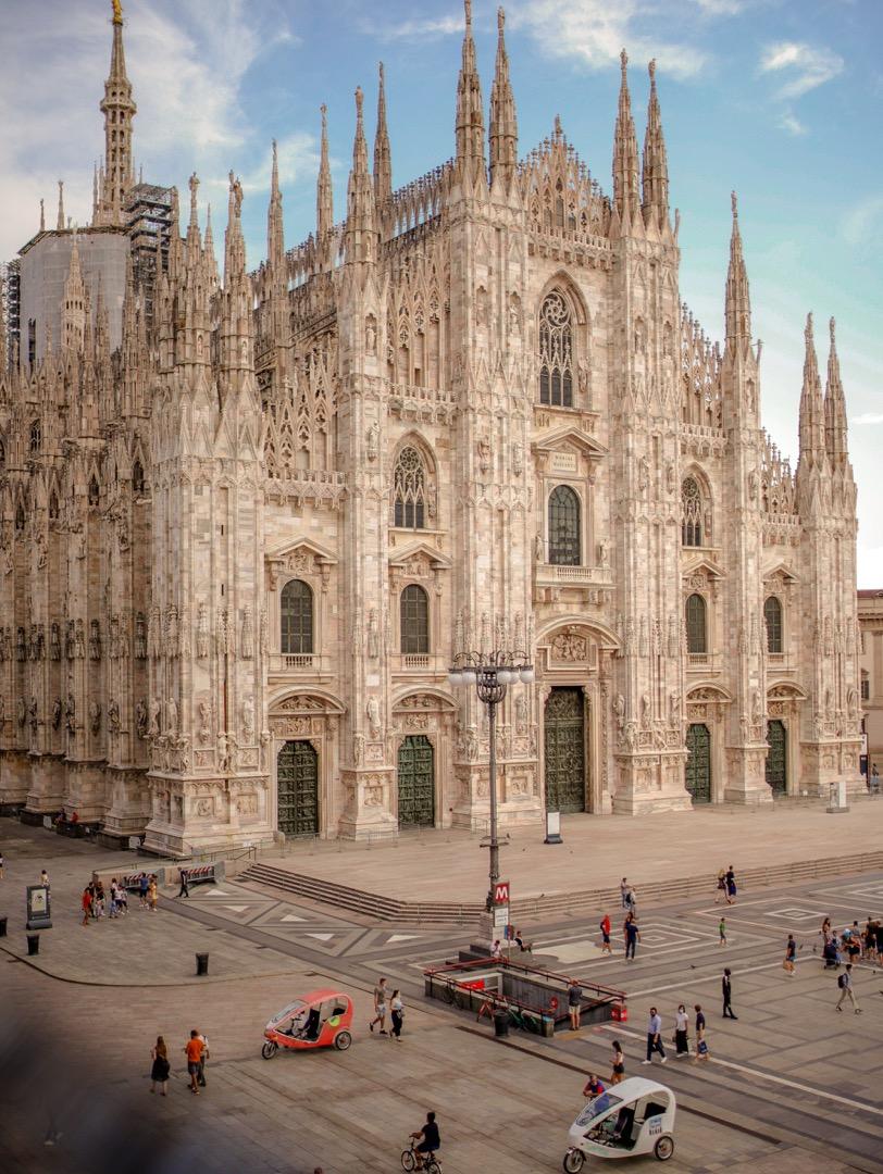 mediolan co zwiedzic katedra duomo w mediolanie widok na fasade