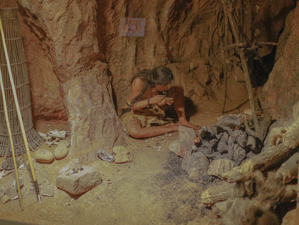 Muzeum Prehistorii w Quinson. Wystawa ukazuj膮ca 偶ycie ludzi prehistorycznych.