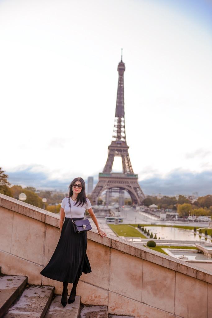Trocadero i widok na wieżę Eiffla. Polka w Paryżu.