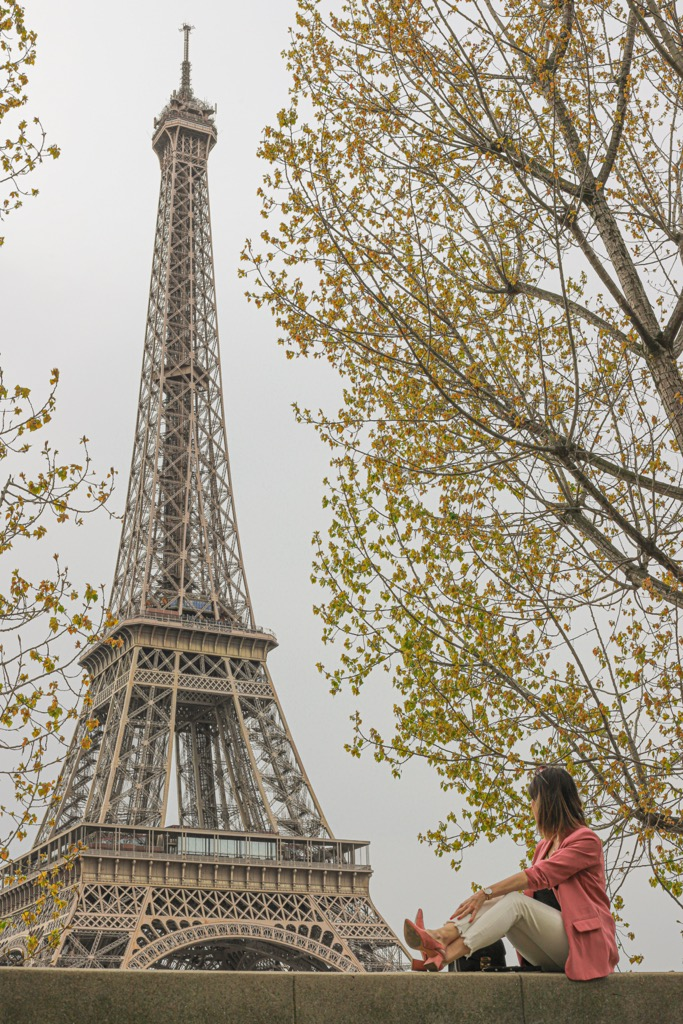 Widok na wieżę Eiffla obok Sekwany. Polka w Paryżu.