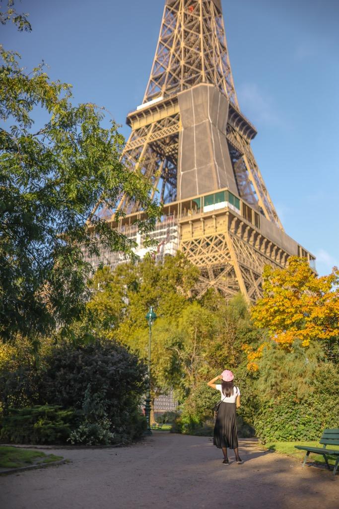 Najpiękniejszy widok na wieżę Eiffla. Polka w Paryżu.