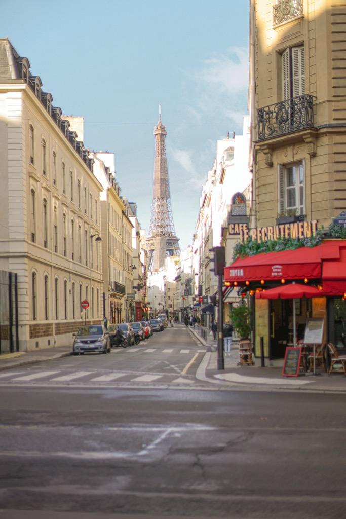 Najpiękniejsze perspektywy wieży Eiffla. Bar Le Recrutement w Paryżu.