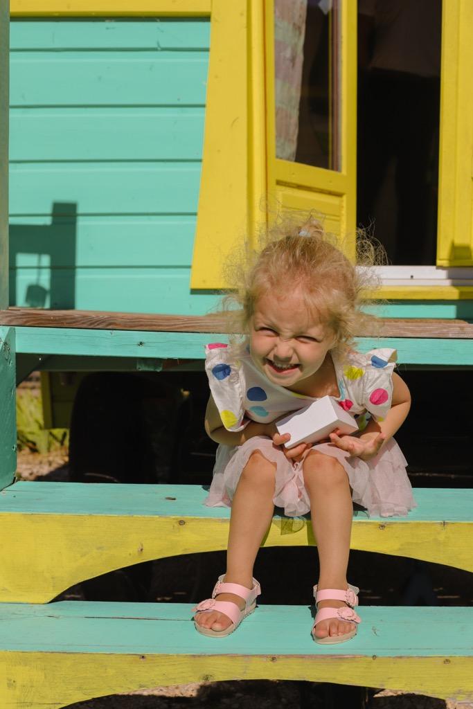 Dziecko na wakacjach w Prowansji. Kolorowe karawany Les Roulottes d鈥橸guarism w Prowansji.