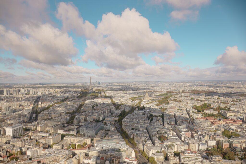Widok na Paryż z wieży widokowej Montparnasse.