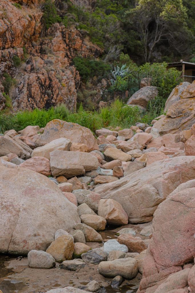 plaza ficajola skaly granitowe wybrzeze klifowe korsyka