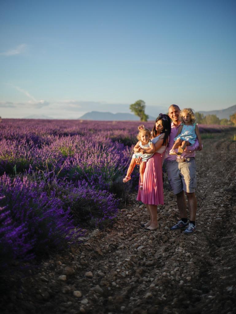 Sesja zdj臋ciowa w Valensole. Rodzinna sesja fotograficzna w lawendowym polu.