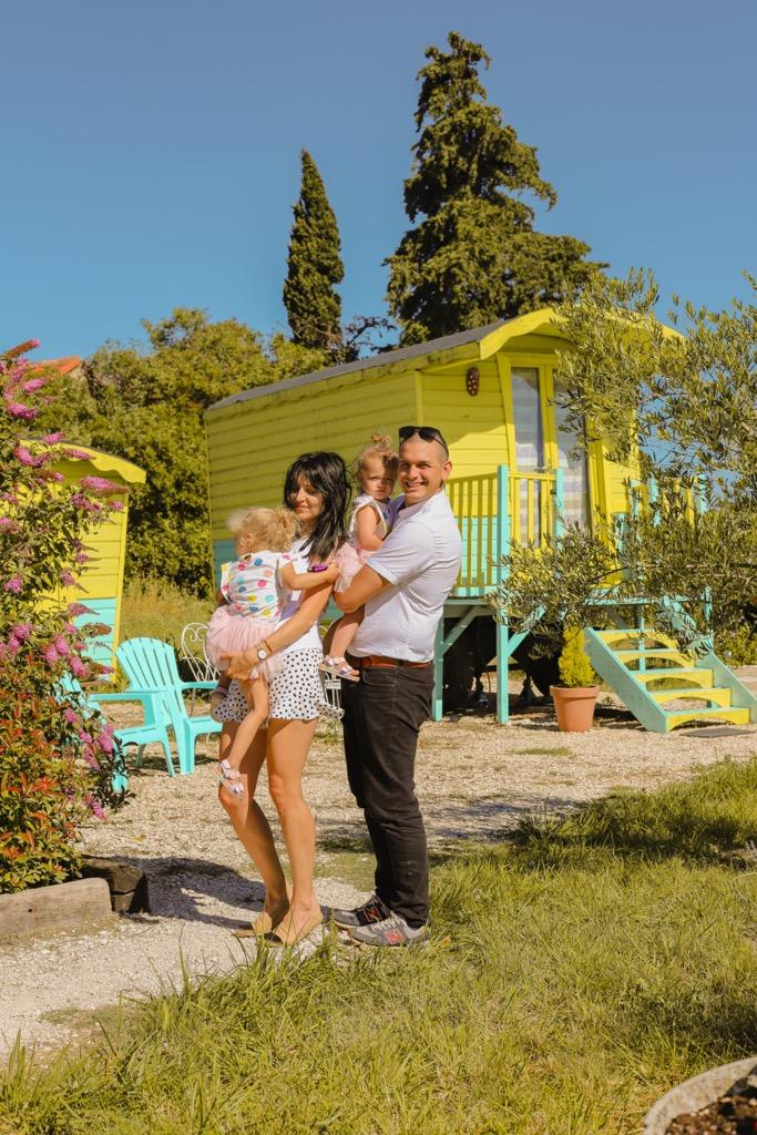 Rodzinne noclegi w Prowansji. Kolorowe karawany Les Roulottes d鈥橸guarism w Prowansji.