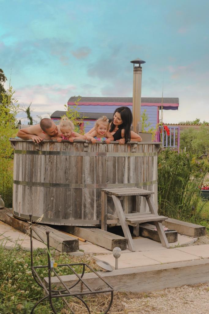 Atrakcje dla dzieci w Prowansji. K膮piel w nordyckiej drewnianej balii.