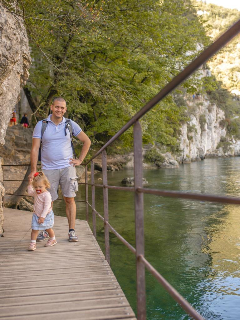 Zwiedzanie Prowansji z dzie膰mi. Piesza trasa Basses Gorges.
