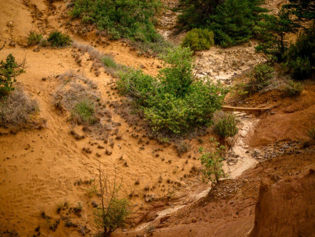 Kolorado w Prowansji. Dawne kamienio艂omy ochry w Colorado Proven莽al.