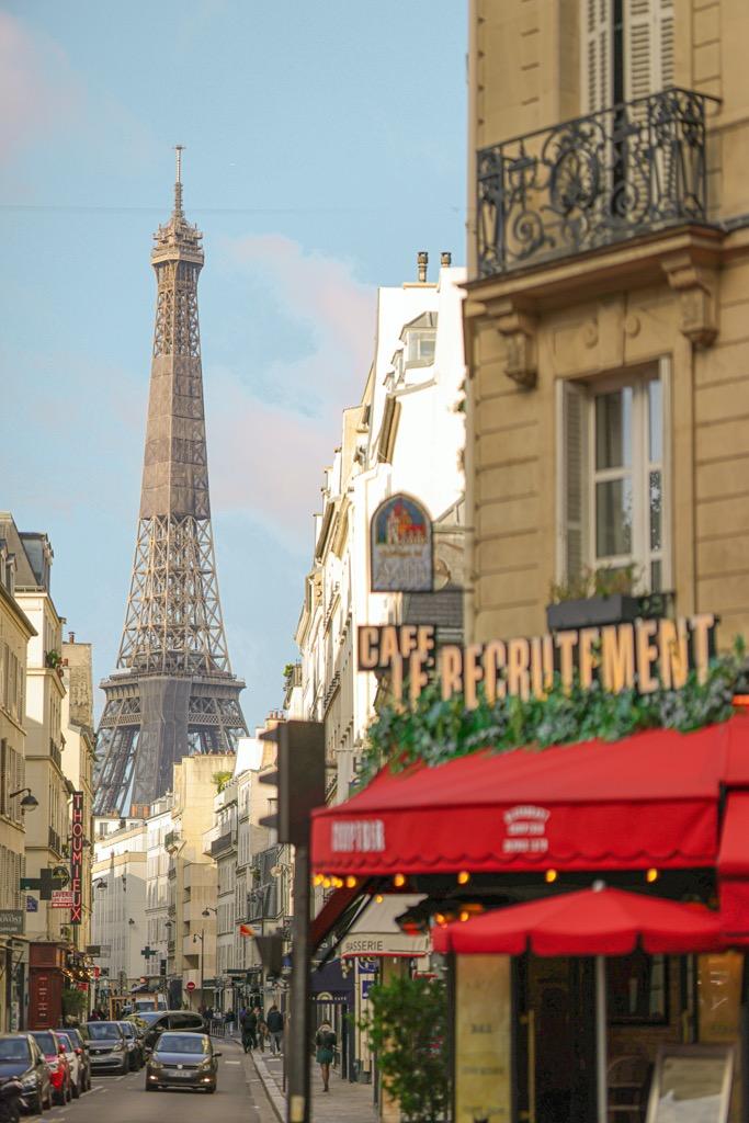 Bar Le Recrutement w Paryżu. Ulica Saint Dominique w Paryżu z widokiem na wieżę Eiffla.