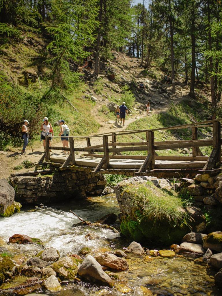 szlak gorski drewniany most trasa do lago verde miasteczko bardonecchia