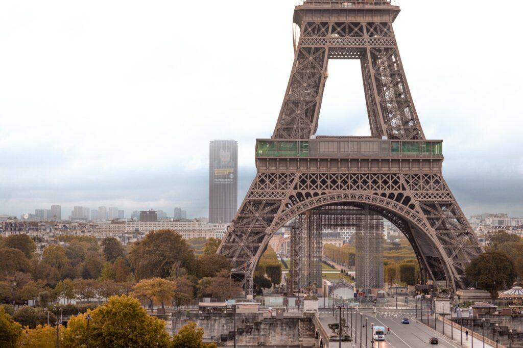 Trocadero i widok na wieżę Eiffla.