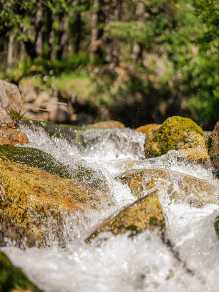 wodospad w gorach piemont wlochy