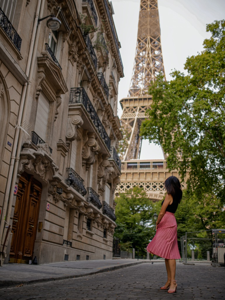 Widok na wieże Eiffla. Instagramowa miejscówka w Paryżu.